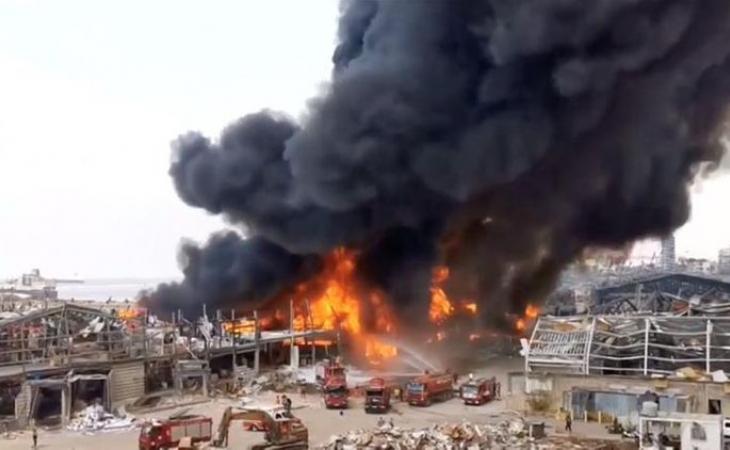 Bir ay əvvəl güclü partlayış baş verən Beyrut limanında yanğın başlayıb