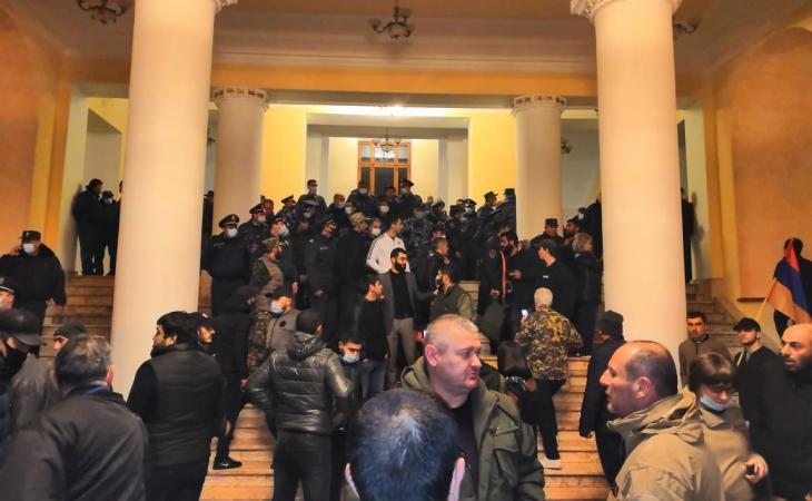 Ermənistanda etirazçılar parlament sədrini vəhşicəsinə döydülər
